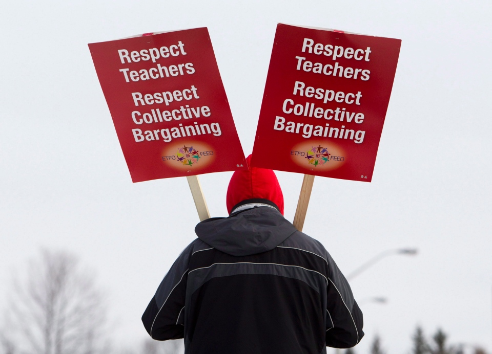 A teacher from the Ottawa-Carleton District School Board pickets in this Dec. 12, 2012 file photo. (Cole Burston/THE CANADIAN PRESS)