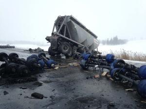 Three tractor-trailer crash on the EB 401 near Woodstock on Feb. 10, 2016. (Chuck Dickson/CTV London)
