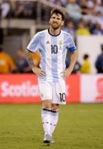 Argentina's Lionel Messi reacts after missing a free kick during extra time of the Copa America Centenario championship soccer match against Chile, Sunday, June 26, 2016, in East Rutherford, N.J. (AP Photo/Julio Cortez)